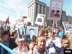 """2015年5月9日,莫斯科市中心,佩戴""""圣乔治丝带""""的""""不朽军团""""游行。"""