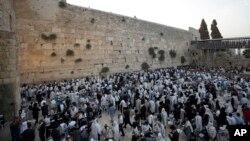 دیوار ندبه در بخش قدیمی اورشلیم از اماکن مقدس برای یهودیان است. این دیوار از طریق یک نرده فلزی به دو قسمت تقسیم شده است.