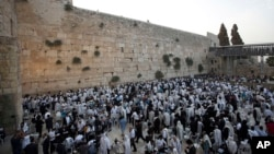 Men pray ahead of the Jewish New Year at the Western Wall, the holiest site where Jews can pray, in Jerusalem's old city, Sep. 13, 2015.