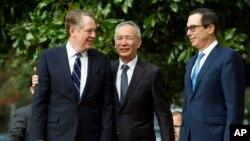 中國副總理劉鶴與美國貿易代表萊特希澤、財政部長姆努欽在華盛頓舉行貿易談判前向媒體致意。 (2019年10月10日)