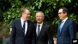 中国副总理刘鹤和美国贸易代表莱特希泽与财政部长姆努钦10月10日在华盛顿会见记者。