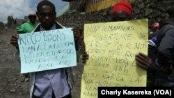 Des hutu brandissent leur revendication devant le bureau du Gouverneur du Nord-Kivu, à Goma, 19 mai 2017. (VOA/Charly Kasereka)