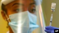 Seorang petigas kesehatan tampak menyiapkan suntikan untuk vaksin COVID-19 Pfizer di Fasilitas Kesehatan Queen Anne di Seattle pada 8 Januari 2021. FDA telah mengizinkan pemberian suntikan ketiga vaksin COVID-19 untuk lansia di AS. (AP/Ted. S Warren)