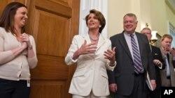 Dalam foto tertanggal 28/6/2012 ini Ketua Senat Nancy Pelosi dari Partai Demokrat menginformasikan berita dukungan Mahkamah Agung terhadap Affordable Care Act di Capitol Hill, Washington DC.