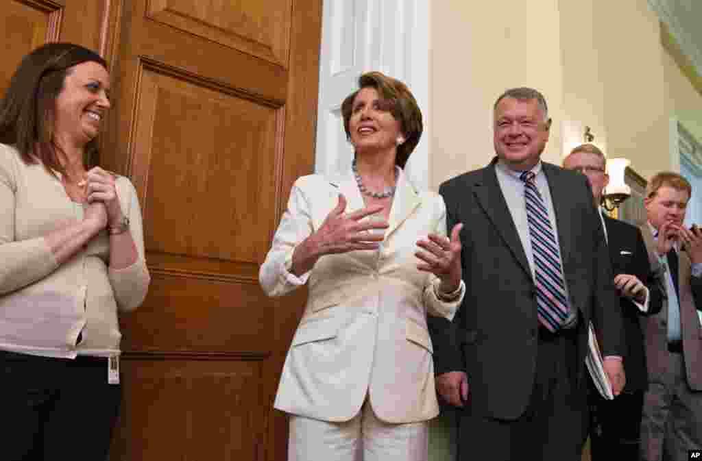 Лідер демократичної партії у Конгресі США Ненсі Пелосі повідомляє про рішення суду своїм колегам.