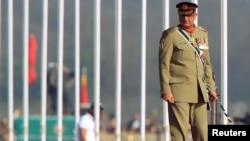 """2017年3月23日,巴基斯坦陆军参谋总长卡马尔·贾韦德·巴加瓦准将,在巴基斯坦伊斯兰堡参加""""巴基斯坦日""""军事游行""""。"""