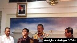 Menteri Koordinator Perekonomian Darmin Nasution di kantor Presiden, Jakarta, Kamis, 11 Februari 2016, menjelaskan soal paket ekonomi jilid 10. (VOA/Andylala)