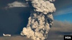 Meteorólogos en Islandia dicen que la nube de ceniza que sale del volcán Grimsvotn ha disminuido desde que hizo erupción.