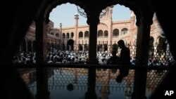 Des musulmans lors d'une prière dans une mosquée à Peshawar, au Pakistan, 13 septembre 2016