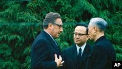 Cố vấn An ninh Quốc gia Mỹ Henry Kissinger, trái, và ông Lê Đức Thọ, phải, Cố vấn cao cấp Đoàn đại biểu miền Bắc tại Hội nghị Paris, tại Gif-sur-Yvette, ngoại ô Paris, ngày 23/11/1972, ngay trước các cuộc điều đình bí mật.
