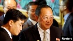 지난달 25일 아세안지역안보포럼 참석을 위해 라오스를 방문한 리용호 북한 외무상(오른쪽)이 중국 왕이 외교부장과 개별 양자회담을 마친 후 회담장을 나서고 있다. (자료사진)