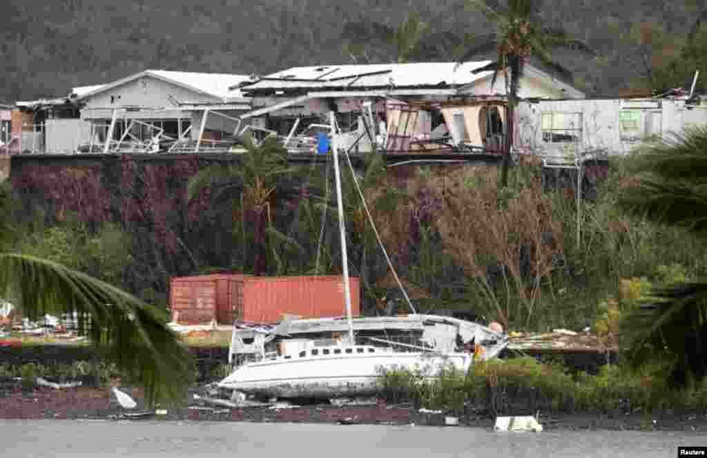 طوفان کے سبب ہلمٹن جزیرے پر 262 کلو میٹر فی گھنٹہ کی رفتار سے ہوائیں چلیں اور اس جزیرے پر موجود سیاحوں نے قریبی ہوٹلوں میں پناہ لی ہے۔