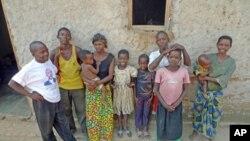 Des habitants du village de la paix de Mutambara