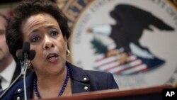 Jaksa Agung AS Loretta Lynch saat mengumumkan dakwaan kasus korupsi dan suap di lingkungan pejabat FIFA dalam konferensi pers di Brooklyn, New York hari Rabu (27/5).