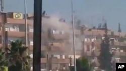 8月3日硝烟从哈马的一座建筑物升起