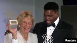 Fanny Blankers junto a Carl Lewis