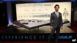 "Aktor Matthew McConaughey di depan poster ""Interstellar"" yang dibintanginya, dalam acara pemutaran perdana film tersebut di London (29/10). (AP/Joel Ryan/Invision)"