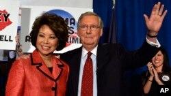 El senador por el estado de Kentucky, Mitch McConnell, y su esposa, Elaine Chao, celebran el triunfo en las primarias republicanas del estado.