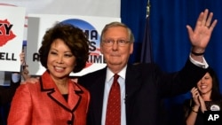Thượng nghị sĩ bang Kentucky Mitch McConnell (phải) cùng phu nhân Elaine Chao vẫy chào những ủng hộ viên sau chiến thắng trong cuộc bầu cử sơ bộ hôm 20/5/2014 ở Louisville. bang Kentucky.