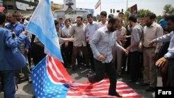 جمعی از حاضران در راهپیمایی روز قدس پرچمهای آمریکا و اسرائیل را لگدمال کرده و آتش زدند