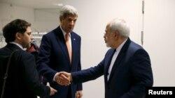 محمدجواد ظریف (راست) و جان کری وزیران خارجه ایران و آمریکا در وین پیش از اعلام روز اجرای توافق جامع اتمی - ۲۶ دی ۱۳۹۴ - توافق تبادل زندانیان نیز در همین روز اعلام شد