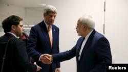 L'Américain John Kerry serre la main à l'Iranian Javad Zarif, le 16 janvier 2016 à Vienne. (REUTERS/Kevin Lamarque)