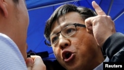香港立法會親北京議員何君堯在與一名民主派議員辯論。 (2019年8月12日)