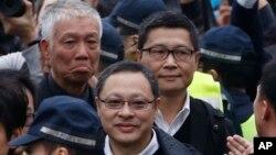 Trojica vođa protesta na putu ka policijskoj stanici, 3. decembar 2014.