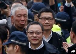 香港占中三子陈建民、戴耀廷和朱耀明走向警察局自首