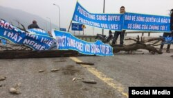 Hàng trăm người đã chặn quốc lộ và biểu tình trong nhiều giờ hôm Chủ nhật 12/2/2017, ở thị xã Kỳ Anh, Hà Tĩnh. (Facebook Le Nguyen Huong Tra)
