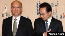 6일 서울 청와대에서 신임장을 받은 벳쇼 고로 주한 일본대사(왼쪽)와 이명박 한국 대통령.