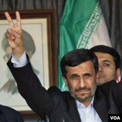 """Presiden Mahmoud Ahmadinejad memberikan tanda """"V"""" (kemenangan) dalam pawai bersama pendukung Hezbollah di Bint Jbeil, Lebanon."""