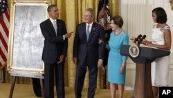 Barack Obama y la primera dama Michelle Obama rindieron homenaje al ex presidente George W. Bush y su esposa Laura.