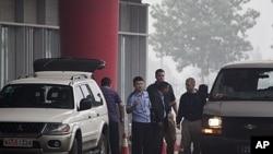 赖昌星7月23日被遣返回中国,押送他的加拿大警官(右中)在北京国际机场与中国警官交谈