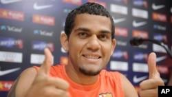 Dani Alves yang patah tulang selangkanya harus absen dalam babak final Copa del Rey (foto: dok.).