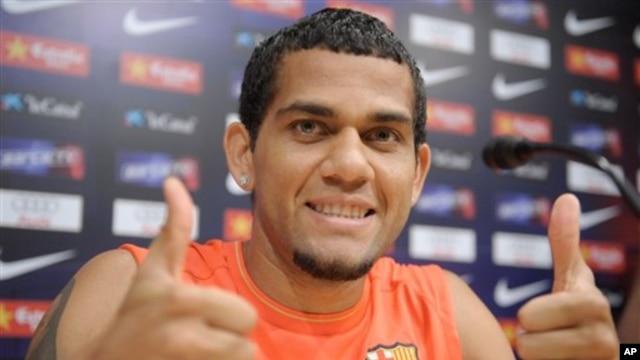 Dani Alves, pemain sepakbola Barcelona termasuk dalam daftar untuk gelar 20 pemain FIFPro World XI. (AP/Manu Fernandez)