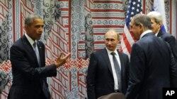 28일 미국 뉴욕 유엔 본부에서 열린 미-러 양자회담을 앞두고 바락 오바마 미국 대통령(왼쪽부터), 블라디미르 푸틴 러시아 대통령, 세르게이 라프로프 러시아 외무장관, 존 케리 국무장관이 대화하고 있다.