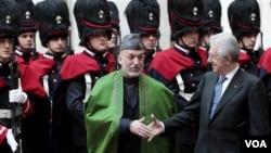 PM Italia Mario Monti (kanan) berjabat tangan dengan Presiden Afghanistan Hamid Karzai dalam pertemuan di Roma hari Kamis (26/1). Italia sepakat untuk membantu Afghanistan pasca penarikan pasukan tahun 2014.