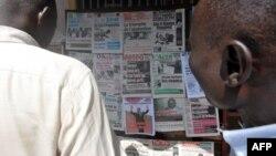 Les Camerounais lisent les pages des journaux à Yaoundé, le 10 octobre 2011.