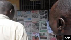 Les Camerounais lisent les pages du journal, à Yaoundé, le 10 octobre 2011.