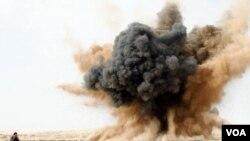 Un combatiente de la oposición corre cerca del lugar donde uno de los aviones de las fuerzas de Gadhafi lanzó una bomba en los ataques contra Brega.