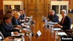 존케리미 국무장관(오른쪽)과보리스존슨영국 외무장관이31일런던에서리비아사태해결을위한회담을가졌다.