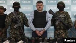 Miembros de la Marina mexicana presentan a Jorge Eduardo Costilla capturado.