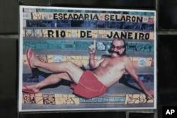 "Seniman Brazil kelahiran Chili, Jorge Selaron duduk di ubin yang merupakan bagian dari tangga umum yang ia hias dan diberi judul ""Tangga Selaron"" di Rio de Janeiro, Brazil, 10 Januari 2013. (AP)"