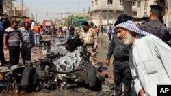 Hiện trường sau một vụ nổ bom tại Basra, Iraq. Các vụ đánh bom gây nhiều lo ngại về sự tái diễn của bạo động giáo phái trên diện rộng.