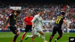 Cristiano Ronaldo du Real Madrid, au centre, lors d'un match de la Liga espagnole au stade Santiago Bernabeu à Madrid, 18 février 2017.