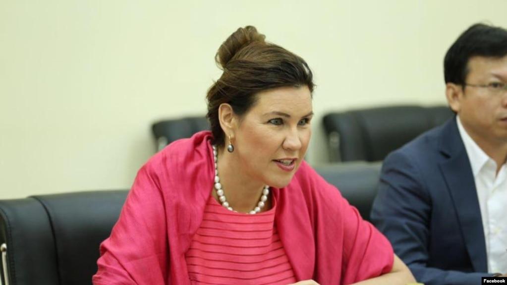 អ្នកស្រី Annika Ben David ឯកអគ្គរាជទូតស៊ុយអែត ពិភាក្សាជាមួយក្រុមសង្គមស៊ីវិលនៅទីក្រុងភ្នំពេញ ក្នុងអំឡុងដំណើរទស្សនកិច្ចរបស់អ្នកស្រីនៅទីក្រុងភ្នំពេញ ប្រទេសកម្ពុជា កាលពីថ្ងៃទី១៧ ខែតុលា ឆ្នាំ២០១៧។ (រូបថតដកស្រង់ពីហ្វេសប៊ុក Swedish Ambassador for Human Rights)