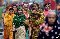 Para pekerja perempuan di pabrik garmen di Bangladesh mulai berdatangan untuk bekerj, di Dhaka, Bangladesh, 12 September 2012.