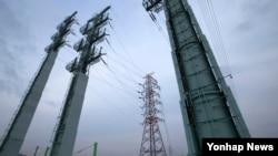 한국 정부가 11일 밤 개성공단 내 모든 시설과 설비에 대한 전력 공급을 중단했다고 밝혔다. 사진은 11일 개성공단 내 평화전력소에 전기를 보내는 경기도 문산읍에 위치한 문산변전소 송전탑.