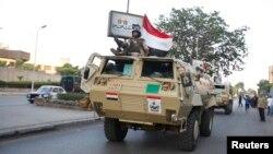 3일 이집트 군용 차량이 카이로의 대통령궁 앞으로 전진해가고 있다.